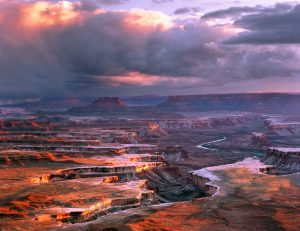 Utsikt utover de mangfoldige og flotte juvene i Canyonlands