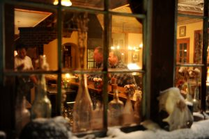 Ser inn gjennom vinduet til baren på Dunton Hot Springs