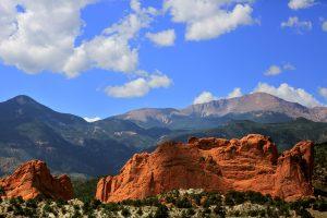 Garden of the Gods i Colorado Springs i front av bildet og Pikes Peak i bakgrunnen