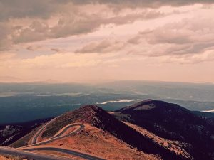 Utsikt utover veien nedover fjellet Pikes Peak ved Colorado Springs