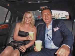 Ann og Christian sittende i en limousin i Las Vegas